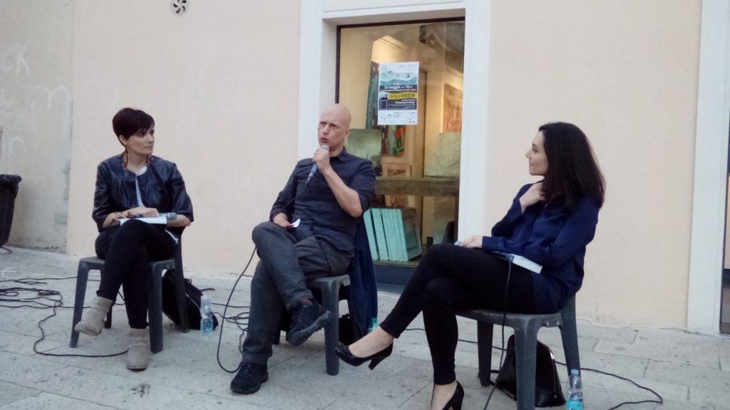 Giorgio Vasta dialoga con Mariella Stella, co-fondatrice di Casa Netural, e Simonetta Sciandivasci, giornalista.